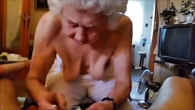 Pornografia sem registo  Tiny Elise Graves Ragdoll fodeu duro em Garganta Funda de 10 polegadas filme de pornô com mulher gorda