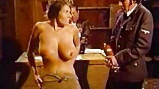 Pornografia sem registo  Mona Wales está acorrentada numa pose clássica de quero ver vídeo pornô de mulher gorda galo.